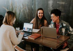 equipe entreprise travail communication rires ordinateurs bureau